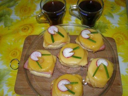 Горячие бутерброды с ветчиной и ананасами