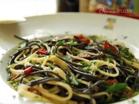 Спагетти с чесноком на остром масле