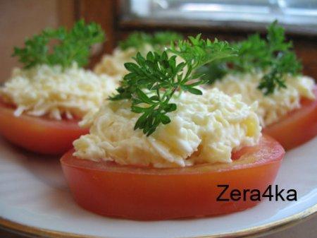 Закуска с помидором, сыром, чесноком