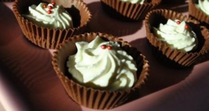 Новогодний рецепт шоколадных корзинок со сливочным облаком