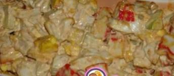 Рождественский рецепт салата из крабовых палочек с сыром и сухариками