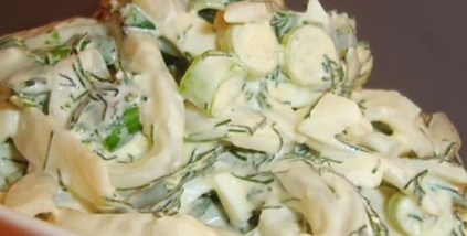 Новогодний рецепт салата с кальмарами и крабовым мясом