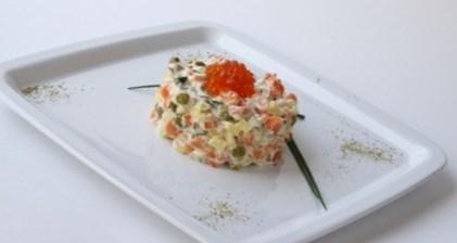 Новогодний рецепт салата «Оливье с лососем»