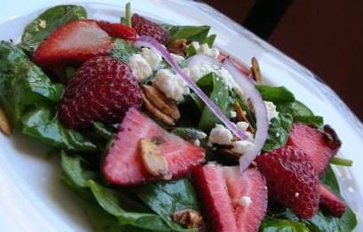 Рецепт салата из шпината с клубникой