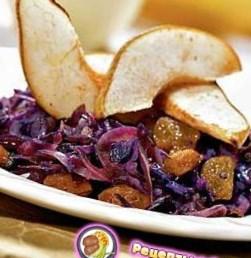 Рецепт салата из красной капусты с изюмом, грушами и корицей
