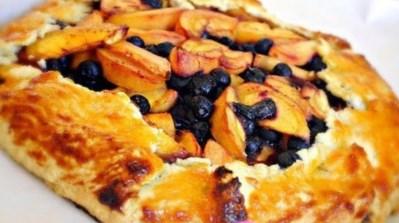 пирога с черникой и персиками