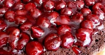 Рецепт миндального пирога с шоколадным кремом и вишнями
