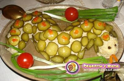Рецепт новогоднего мясного салата «Змейка»
