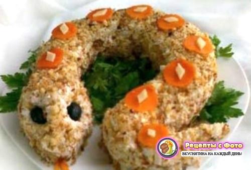 рецепт слоеного салата с курицей и орехами