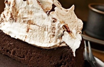 Рецепт шоколадного торта на пиве с безе