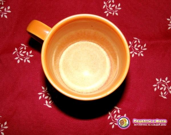 В чашку или стакан высыпаем желатин