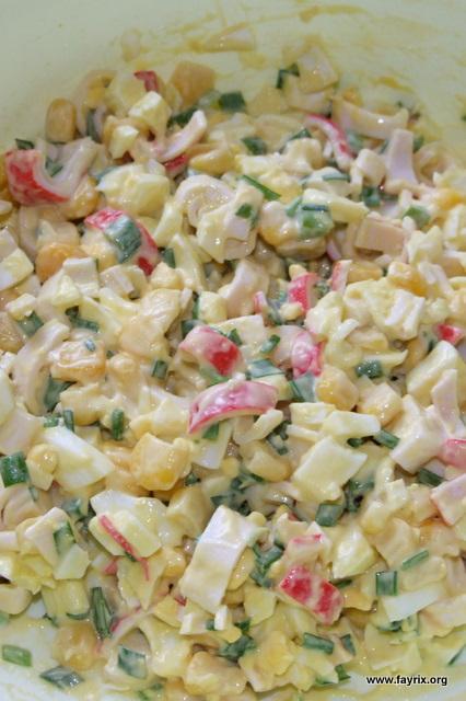 Салат с курицей и крабовыми палочками простой рецепт