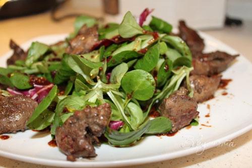 Салат с руколой и копченой куриной грудкой