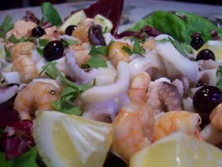 салат с коктейлем морепродуктов
