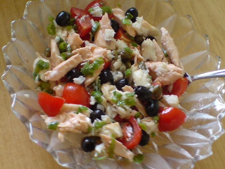 рецепт салата из листьев салата и красной рыбы